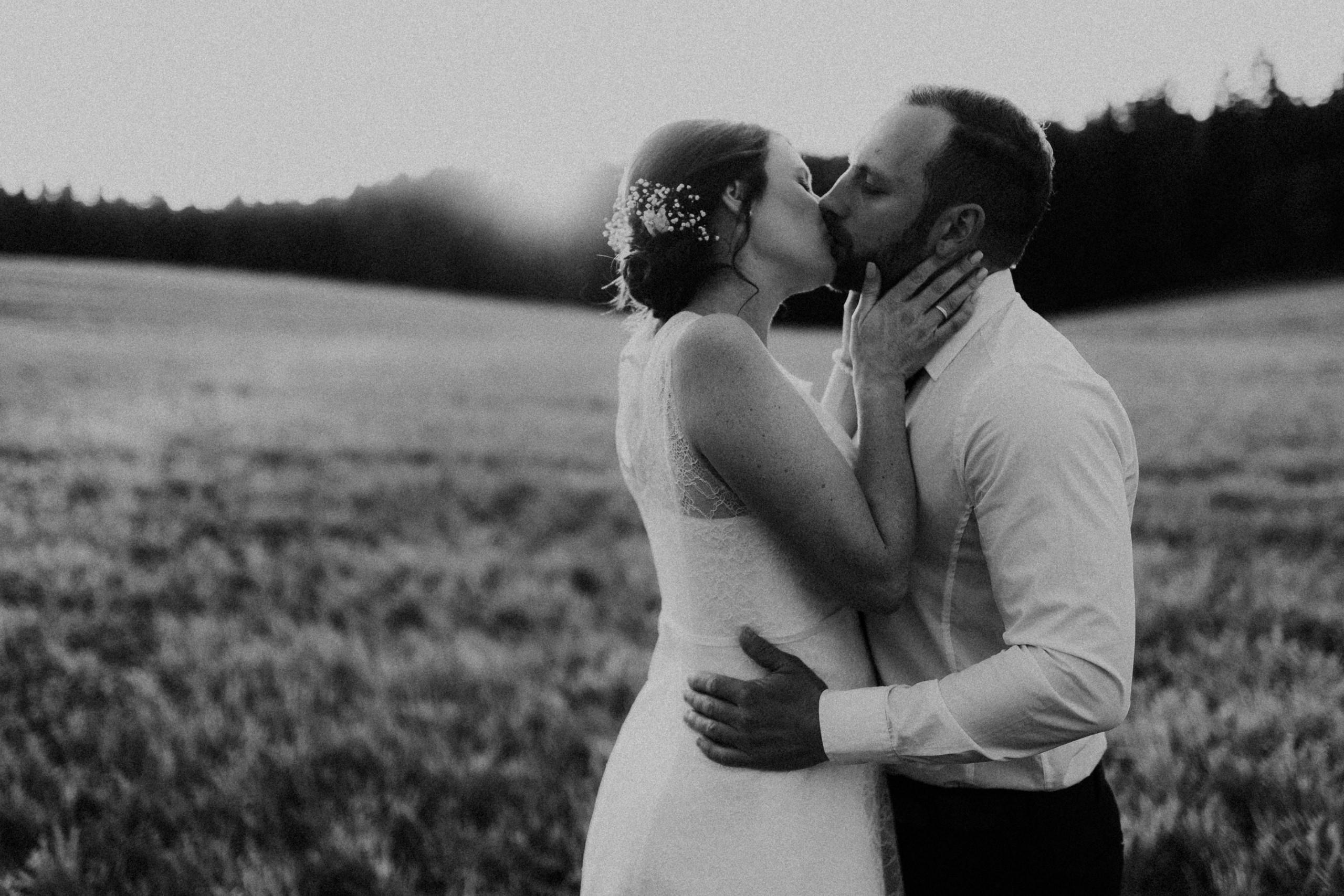 Brautpaar auf der wiese im sonnenuntergang in schwabbruck